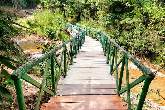 タイのカーンチャナブリー県の国立公園の熱帯雨林の木製の橋。セレクティブフォーカス