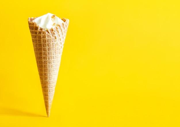ワッフルコーンのアイスクリーム