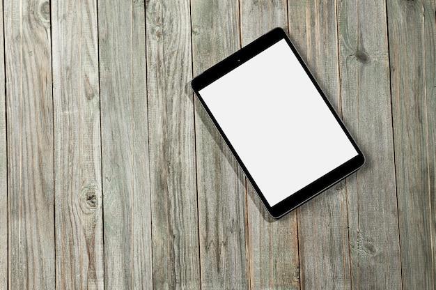 Черный цифровой планшет на старый деревянный стол