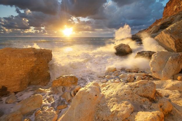 嵐の中の海の波