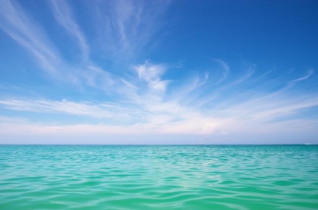 Море и голубое небо.