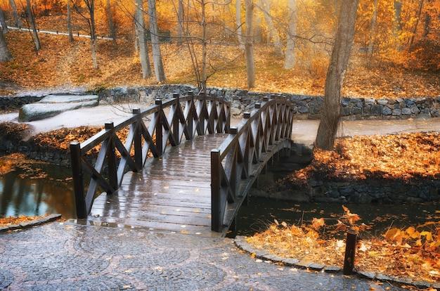 Мост в осеннем парке
