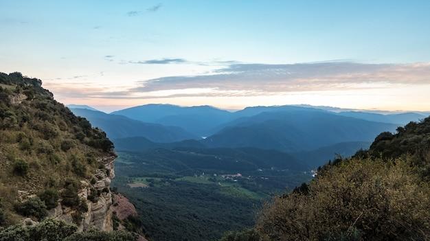 夕暮れ時のカラフルな青い空を背景に崖の眺め。