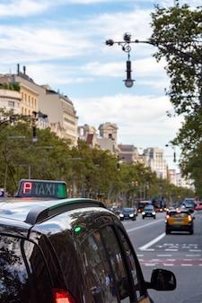 Такси стоит на светофоре или ждет пассажира на улице барселоны