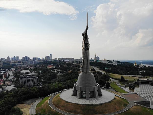 Киев - столица украины. аэрофотосъемка с дрона. европейская страна. памятник родины. огромная статуя