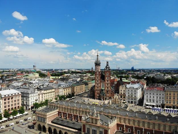 空中写真。ポーランドの文化と歴史的首都。快適で美しいクラクフ。伝説の国。町の古い部分、メイン広場、聖マリア大聖堂。