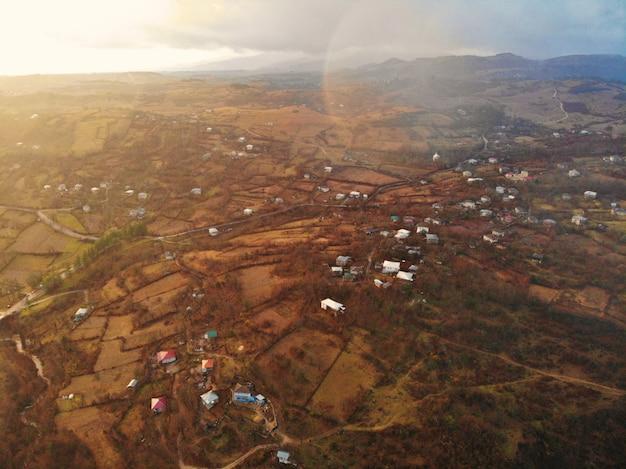 美しい空中ドローン写真。上から国ジョージア。山修道院とカツキー教会、チアトゥラ地域。夕焼け空撮
