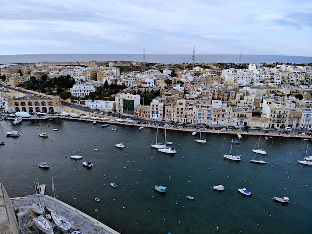Мальта сверху. новая точка зрения для ваших глаз. красивое и уникальное место под названием мальта. для отдыха, прогулок и приключений. должен видеть для всех. европа, остров в средиземном море.
