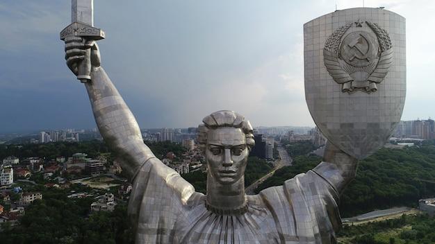 キエフ-ウクライナの首都。ドローンからの空撮。偉大な長い歴史を持つ美しい国。ヨーロッパの国。祖国記念碑。巨大な像