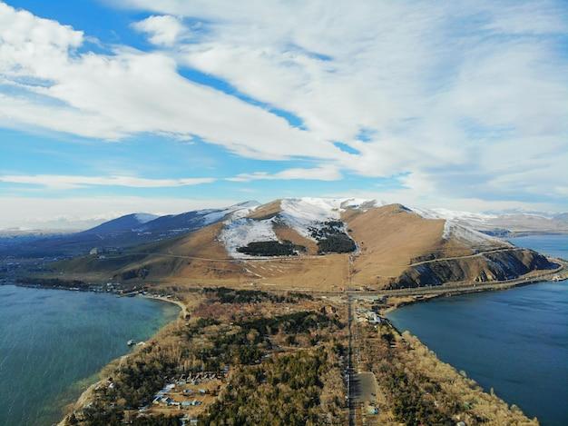 Севан и севанаванк старейшая церковь. горы страны армения. вид с воздуха сверху беспилотный.