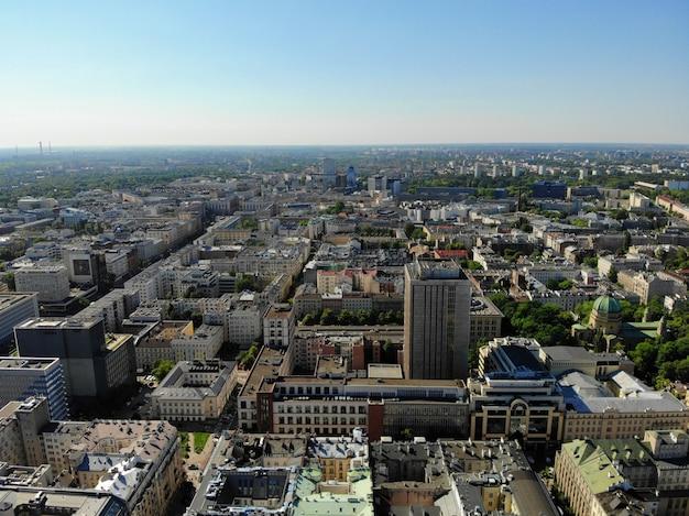 上からのすばらしい眺め。ポーランドの首都。素晴らしいワルシャワ。市内中心部と周辺。ドローンによって作成された空中写真。文化と科学の宮殿。