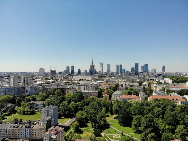 上からのすばらしい眺め。ポーランドの首都。素晴らしいワルシャワ。市内中心部と周辺。ドローンによって作成された空中写真。