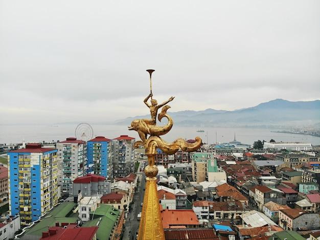 Батуми сверху. аэрофотоснимок с дрона. грузинский приморский город. красивый город с панорамным видом. памятник на крыше.