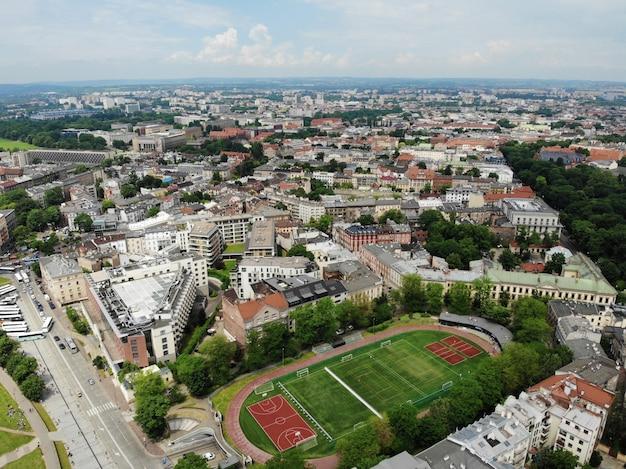 ドローンからの空中写真。ポーランドの文化と歴史的首都。快適で美しいクラクフ。伝説の国。スタジアム