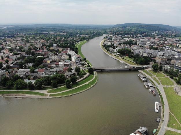 ドローンからの空中写真。ポーランドの文化と歴史的首都。快適で美しいクラクフ。伝説の国。ウィスラ川