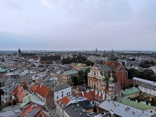 ドローンからの空中写真。ポーランドの文化と歴史的首都。快適で美しいクラクフ。伝説の国。ヴァヴェル城。