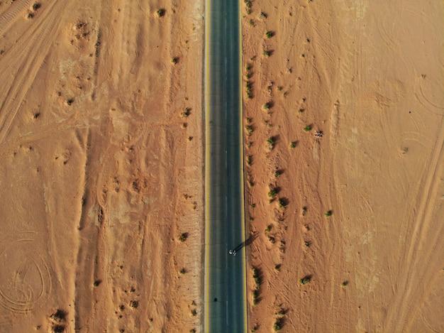 巨大で、赤く、暑く、非常に美しい砂漠のワディラムを上から眺める。ヨルダン王国、西アジアのアラブ国