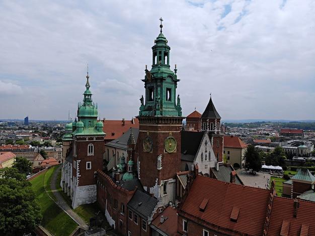 ドローンからの空中写真。ポーランドの文化と歴史的首都。快適で美しいクラクフ。