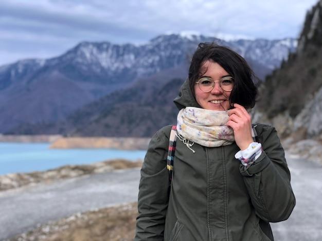 Грузия, вид на горы и люди с рюкзаком зимний портрет