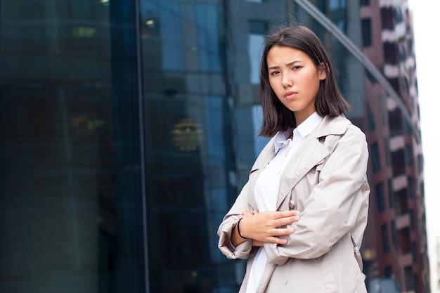 Злая недовольная азиатская девушка или молодая деловая женщина в формальной одежде