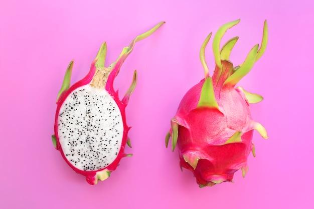 ドラゴンフルーツ、熟したピタヤまたはエキゾチックな熱帯のピタハヤ、サボテンは半分と全体の果物にカットトップビュー。夏、健康食品、ビーガンやベジタリアンダイエットコンセプト。