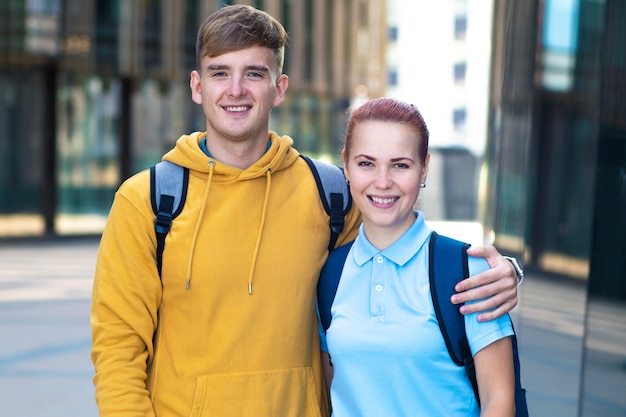 幸せな肯定的なヨーロッパの若いカップル、友人、大学生、バックパック。
