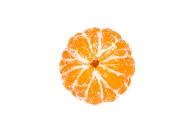 Оранжевый спелый круглый мандарин, очищенный мандарин, изолированный на белом