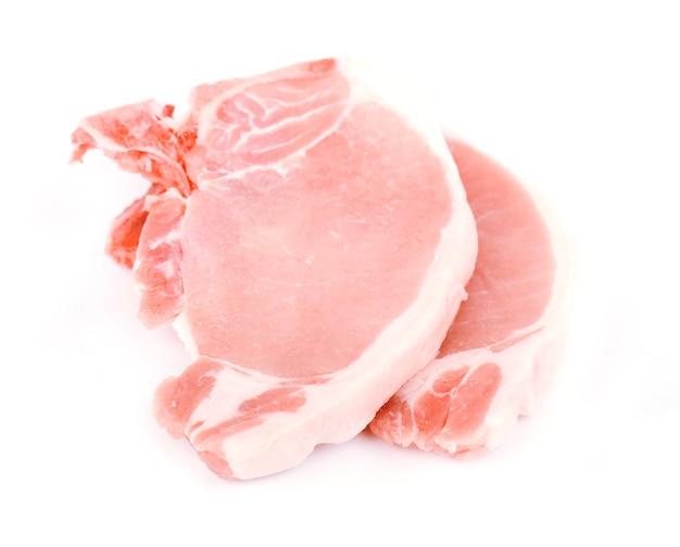 Сырцовые стейки свинины изолированные на белизне.