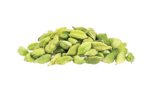 Стручки кардамона изолированные на белизне. зеленые семена кардамона. отсечения путь