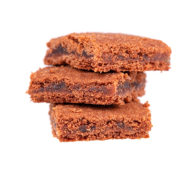 自家製チョコレートブラウニーデザート、白で隔離されます。ブラウニーのスライス、クッキー、ビスケット。