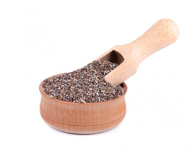 分離されたスプーンで木製のボウルにチア種子