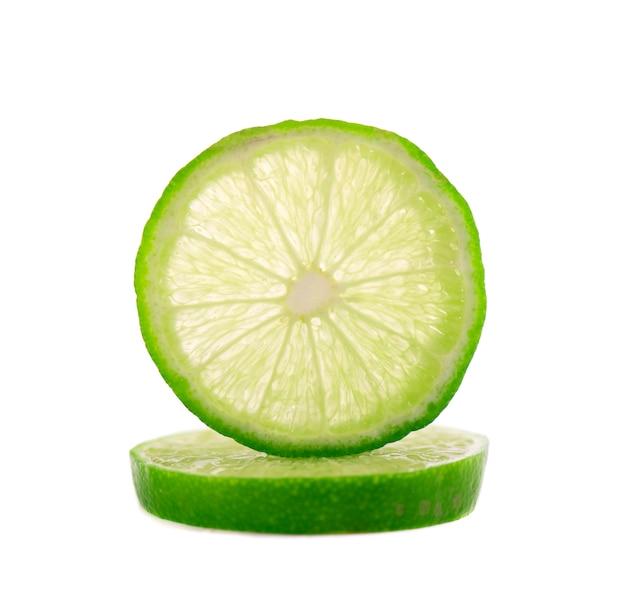 Зрелый кусок зеленого лайма цитрусовых, изолированных на белом пространстве. известь клин с отсечения путь