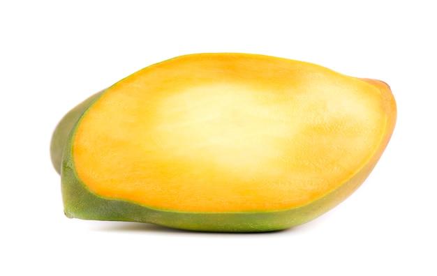 Плод манго, кубики и ломтики манго, изолированные на белом пространстве