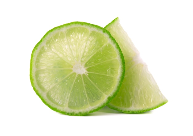 Спелый ломтик зеленого лайма цитрусовых изолированы. известь клин с отсечения путь
