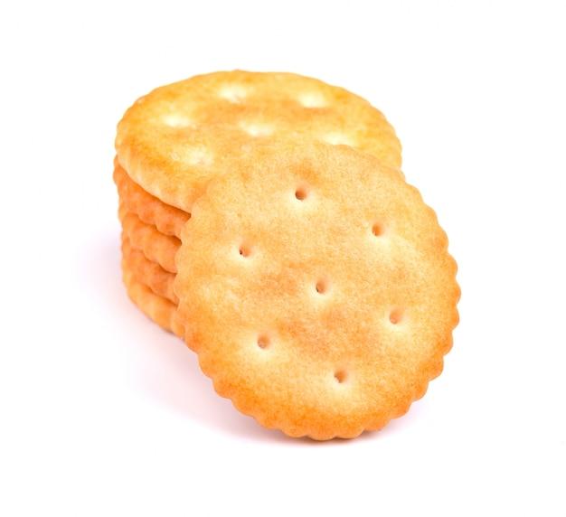 Стек круглый взломщик изолированы. сухое печенье крекер изолированы. соленые соли изолированные