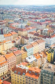 Вид с воздуха на прагу от жижковской телебашни в солнечный день в праге, чешская республика