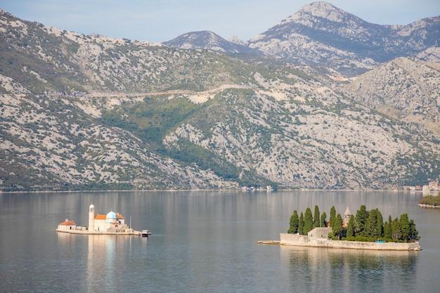 Вид на которский залив с двумя небольшими островами - остров святого георгия и остров богоматери скал в которе, черногория
