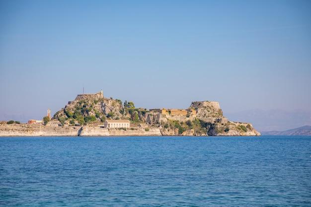 コルフ、イオニア諸島、ギリシャの古いベネチアの要塞とギリシャの寺院