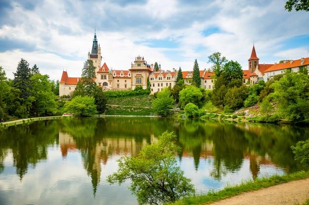 チェコ共和国のプロホニツェの春の池の反射の城