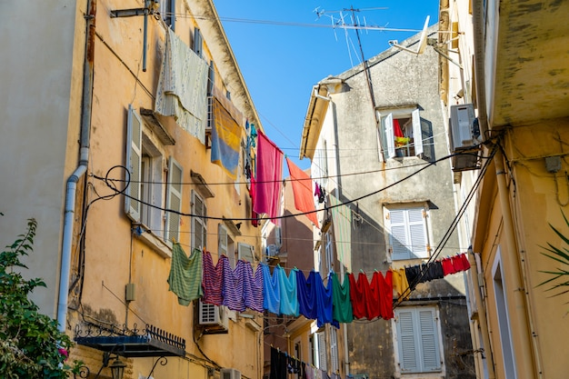 Вид на типичную узкую улицу старого города корфу, греция