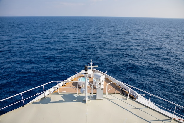 モンテネグロへのクルーズ中の大きなクルーズ客船のフォアキャッスル