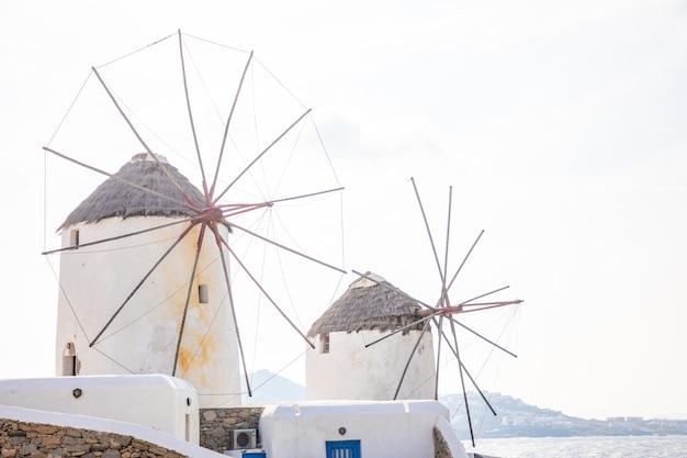 ミコノス島、ギリシャの島の海の近くの丘の上の風車