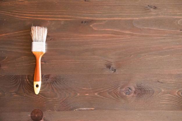 木製の背景にブラシします。