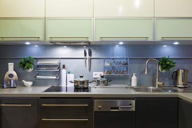 自宅の台所用品とモダンなキッチン