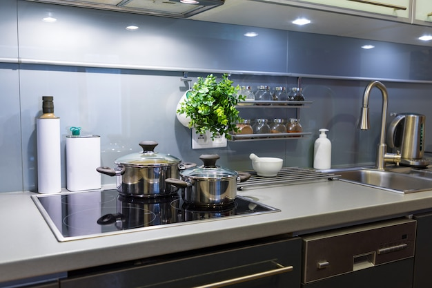 Современная кухня дома с посудой