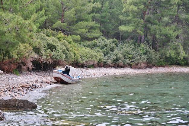 Старая лодка на пляже