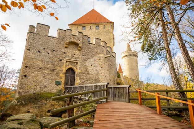 Средневековый замок кокорин в северной чехии осенью, чешская республика