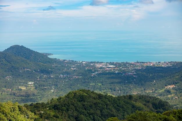 Вид с воздуха с храма на гору с золотым большим буддой - самая высокая точка острова ко сумуй