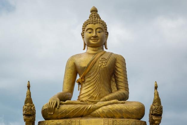 Большая мраморная статуя будды на острове пхукет
