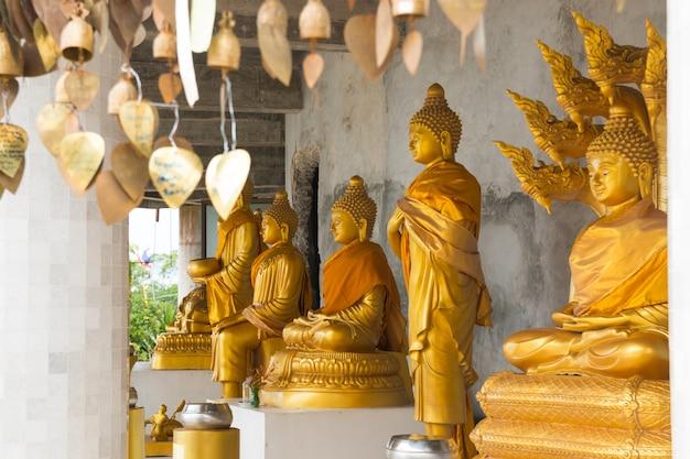プーケットの大きな白い仏の寺院の黄金の仏像